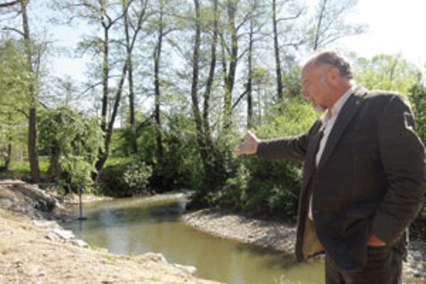 Riaditeľ Správy povodia Hrona ukazuje rozsah prác, ktoré urobili.