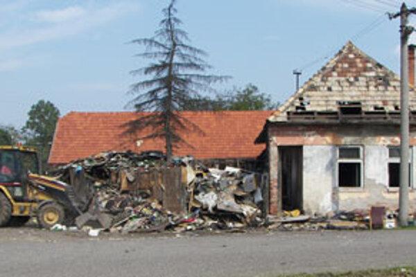Najskôr bolo treba odviezť tony odpadkov z dvora rodinného domu.
