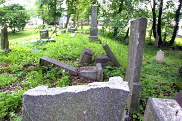 Vandali už neraz poškodili náhrobné kamene na židovskom cintoríne.