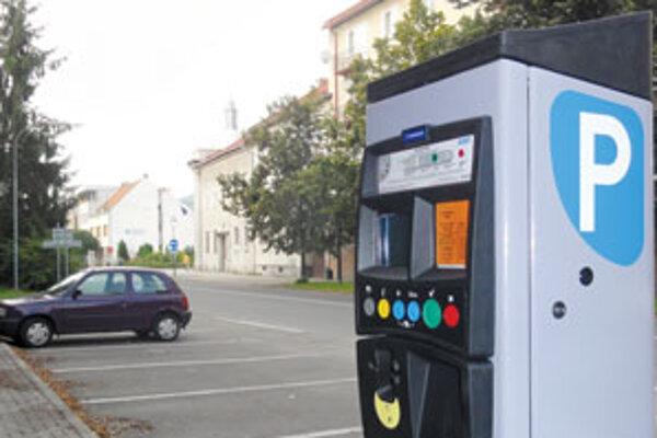 Od začiatku augusta sa vo Zvolene za parkovanie platí.
