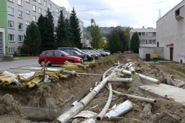 Rozkopané ulice v Hriňovej.