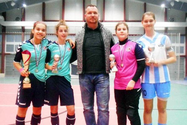 Karina Pelikánová (na snímke celkom vpravo) získala cenu pre najlepšiu strelkyňu halových M-SR.
