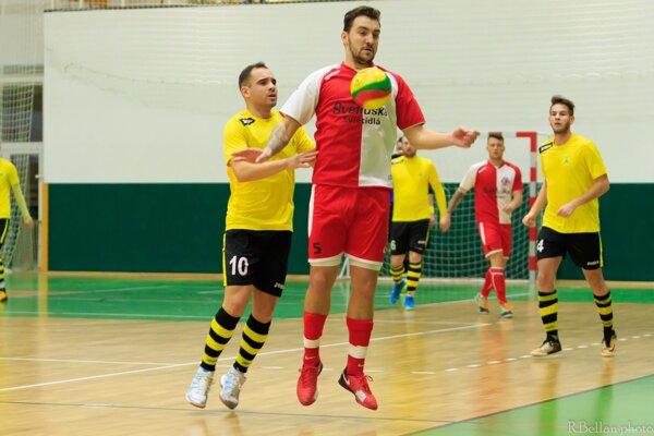 Ani dva góly reprezentanta Adama Bombicza nepomohli Novozámčanom kzisku čo ilen bodu vŽiline.