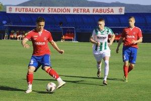 Borčice (v červenom) sú lídrom 3 ligy. Vľavo s loptou Emil Le Giang.