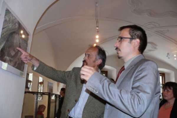 Archeológ Ján Beljak (vpravo) v diskusii s návštevníkmi výstavy.