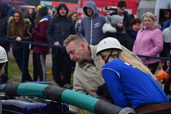 Ženy Dulova na štarte na Trojkráľovej hasičskej súťaži o putovné sane.