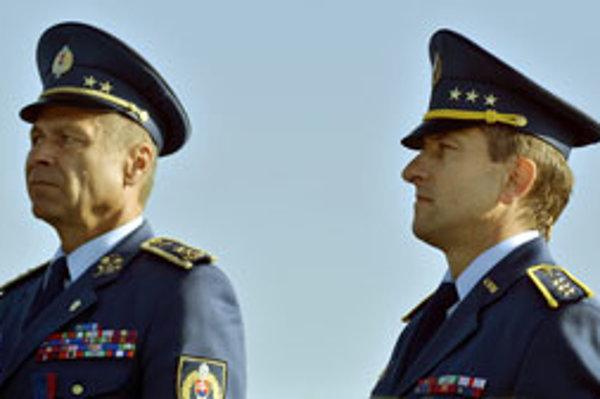 Nový veliteľ Miroslav Korba (vpravo) a odchádzajúci veliteľ Martin Babiak.