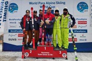 Nevidiaci lyžiar Marek Kubačka (v strede) zažíva najlepšiu sezónu.