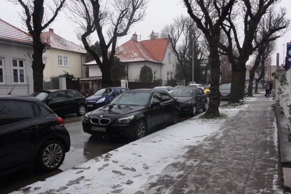 Po krátkej prestávke sa v Nitre opäť rozsnežilo. Je nad nulou, sneh sa púšťa.