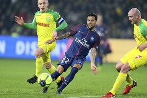 Dani Alves (v strede) zastúpil úlohu brankára v osemfinále Francúzskeho pohára.