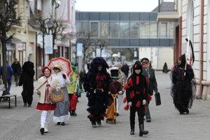 Účastníci podujatia Fašiangová sobota v maskách počas veselého sprievodu mestom v Trenčianskych Tepliciach.