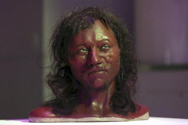 Model rekonštrukcie tváre vyrobenej podľa kostry muža, ktorý žil v Británii pred približne 10-tisíc rokmi.