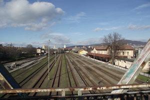 Pohľad z mosta na železničnú stanicu.