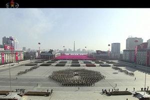 Na snímke z videozáznamu veľká vojenská prehliadka na Námestí Kim Ir-sena v centre severokórejského Pchjongjangu v predvečer otvorenia ZOH 2018 v juhokórejskom Pjongčangu.
