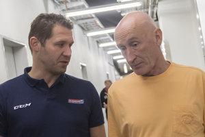Ján Lašák debatuje s trénerom hokejovej reprezentácie Craigom Ramsaym.