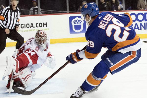 Brock Nelson z New Yorku Islanders strieľa víťazný gól v trinásťgólovom zápase proti Detroitu.