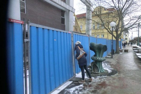 Toľko zvedavých pohľadov ako dianie za modrým plotom nepriťahujú momentálne ani seriózne prešovské pamiatky.