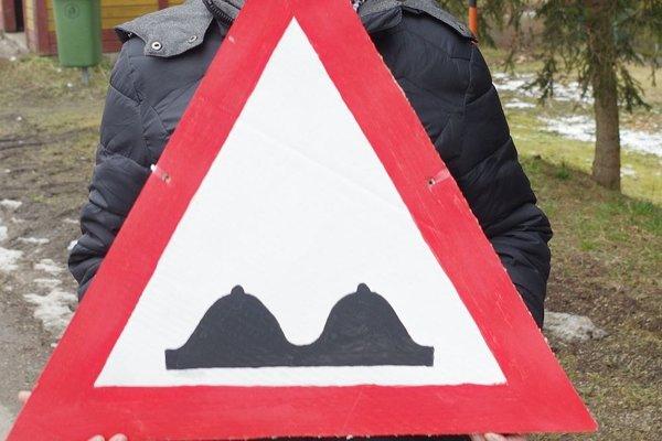 Poznáte túto dopravnú značku? Čo asi znamená?