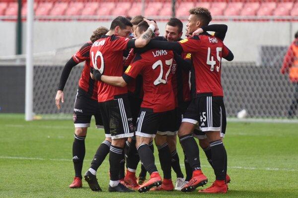 Futbalisti Spartaka Trnava a ich radosť po strelenom góle v zápase proti Karvinej.