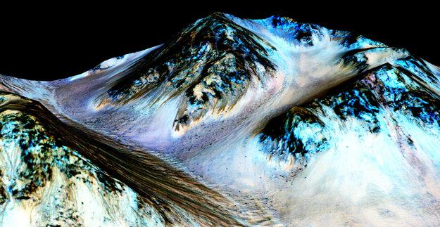 Na Marse prúdi voda. Dokazujú to tmavé, úzke pruhy na jeho svahoch, ktoré vznikli sezónnym prúdením vody.