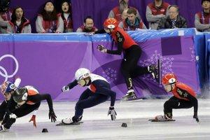 Číňan Dajing Wu naráža do mantinelu počas súťaže v šortreku.