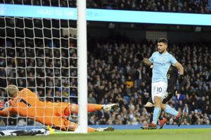 Sergio Agüero strieľa jeden zo svojich gólov do siete Leicesteru City.