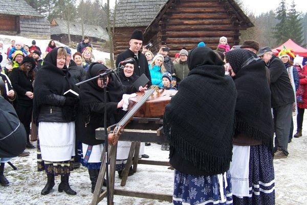 Pochovali basu, hádam vydrží do Veľkej noci. Folklórna skupina z Podhradia.