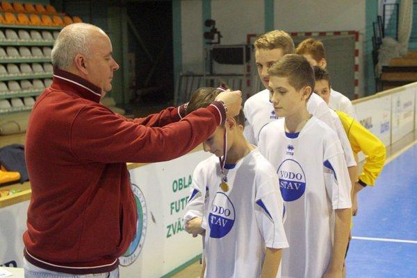 Víťazných žiakov Nevidzian dekoroval medailami predseda ObFZ v Nitre Štefan Korman.