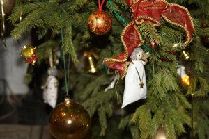 Detail na vianočný stromček v hudobnom salóne.