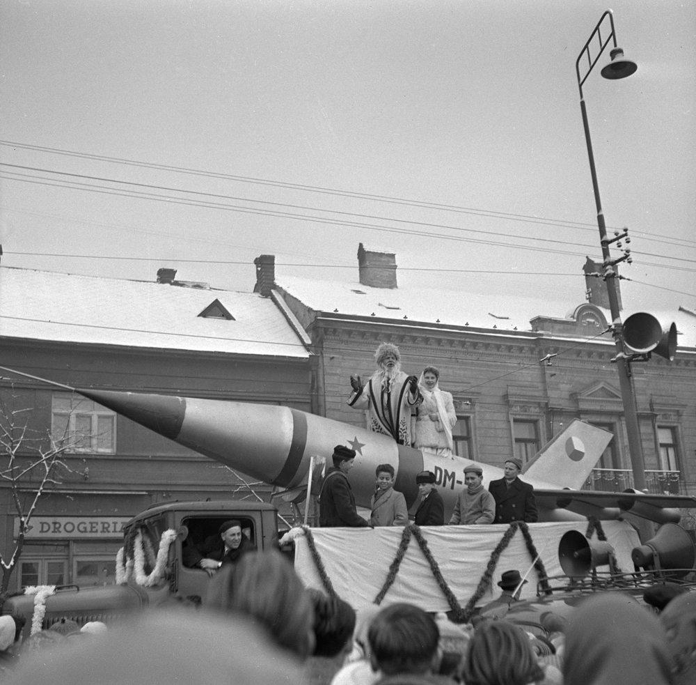 Tisícky detí víta Deda Mráza a jeho sprievod na sovietskej rakete v uliciach Košíc 20. decembra 1959.