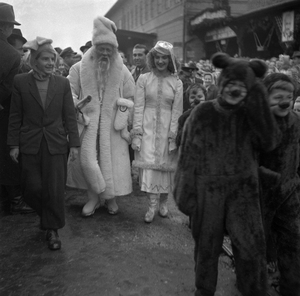 Vítanie Deda Mráza a jeho sprievodu v Košiciach 29. decembra 1952.