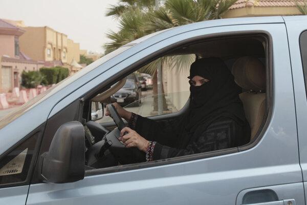 Žena jazdí autom na ulici v Rijáde.