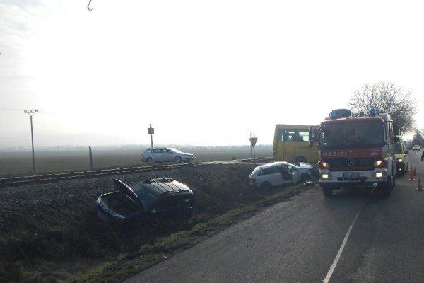 Obe autá skončili v priekope.