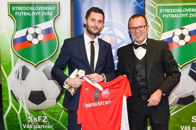 Trojnásobný člen Jedenástky roka SsFZ si prevzal ocenenie od predsedu ZsFZ Ladislava Gádošiho.