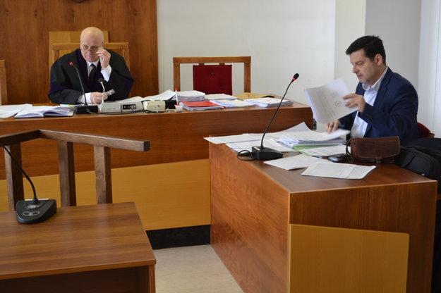 V pondelok na súde. Sudca Jozef Engel a právny zástupca mesta Marcel Kandrik.