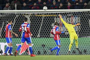 Hráči Bazileja sa prizerajú na úvodný gól vo svojej sieti.