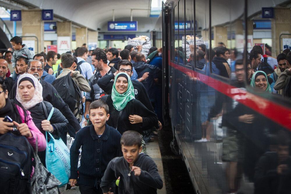 Utečenci nastupujú do vlaku na železničnej stanici West Bahnhof. (5. 9. 2015, Viedeň, Rakúsko)