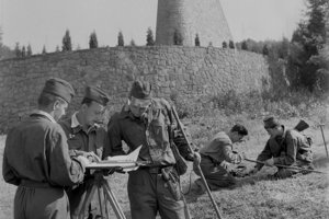 Na archívnej snímke z 15. júla 1964 duklianske bojisko očisťujú od mín.