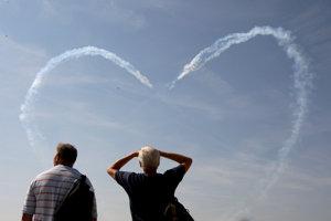 Talianske vzdušné sily Frecce Tricolori vytvorili vlani na oblohe veľké srdce. Námetov na fotografie je na podujatí neúrekom.