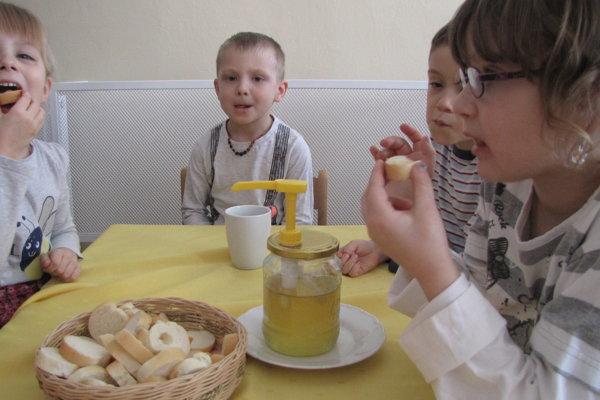 Deťom z Tatranskej chutí farmársky med viac ako nezdravé sladkosti.