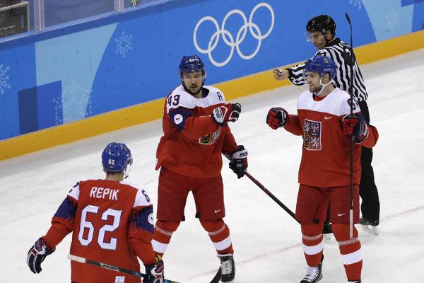 Českí hokejisti sa radujú po jednom z gólov.