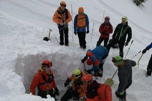 Hrúbku lavíny v niektorých miestach odhadli až na šesť metrov.