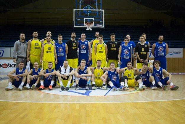 Spoločné pozápasové foto. V modrom prvoligisti IMC Pov. Bystrica a v žltom vedci tím extraligy Inter Bratislava.