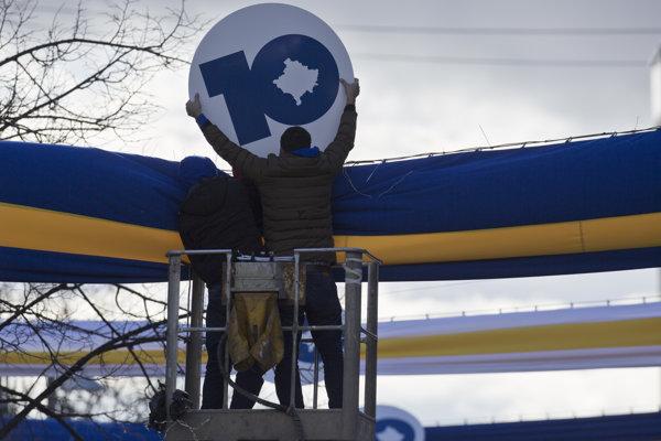 Robotníci inštalujú oslavné tabule k 10. výročiu nezávislosti Kosova na Námestí Matky Terezy v Prištine.