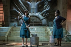 Sally Hawkins a Octavia Spencer (vpravo) vo filme Podoba vody. Obe sú nominované na Oscara.