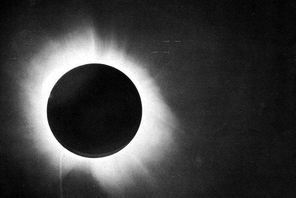 Snímka, pomocou ktorej sa dokázala platnosť Einsteinovej všeobecnej teórie relativity.