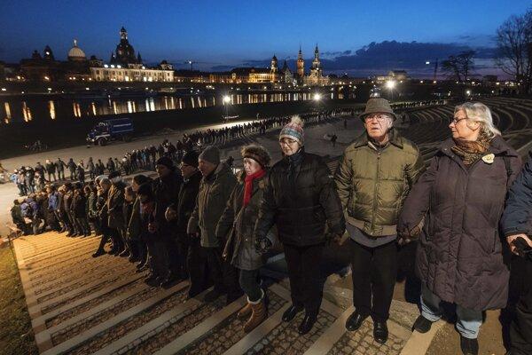 Ľudská reťaz v Drážďanoch pri spomienke na 73. výročie spojeneckého bombardovania počas druhej svetovej vojny.