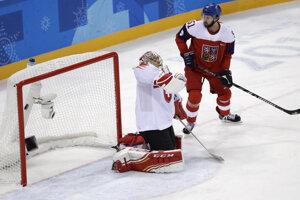 Švajčiarsky brankár Jonas Hiller inkasuje gól po strele Michala Řepíka (nie je na snímke).