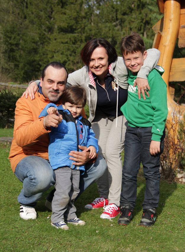 So synom Teom, s manželkou, hudobnou skladateľkou Ľubicou Čekovskou a jej synom Adamom z predchádzajúceho vzťahu.