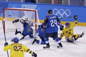 Patrik Zackrisson (vpravo) sa teší po góle do siete Fínska.